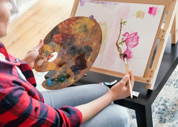 Vrouw met aquarel schilderij close-up