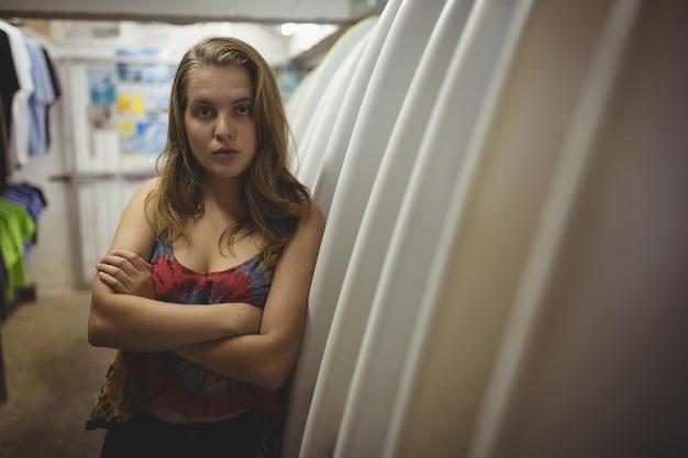 Vrouw met armen gekruist in strandcabine