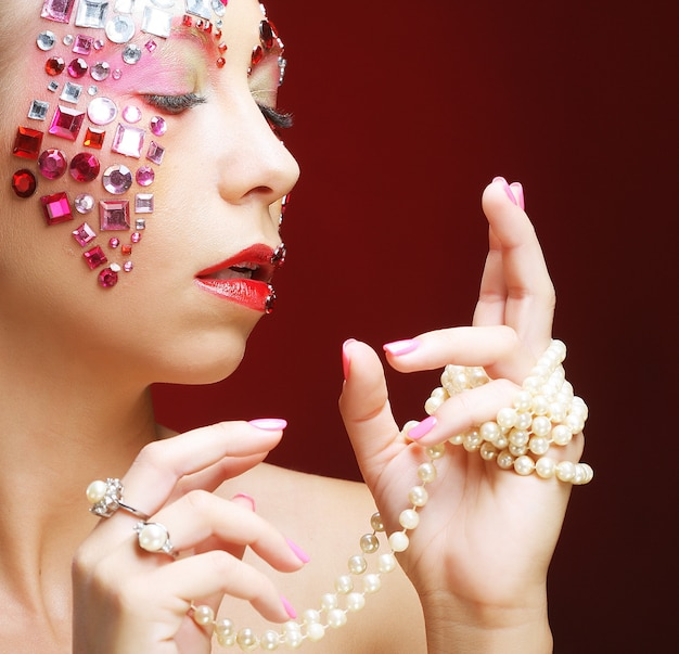 Vrouw met artistieke make-up. luxe afbeelding.