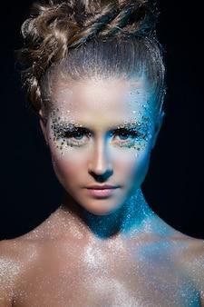 Vrouw met artistieke make-up