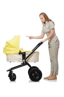 Vrouw met baby en kinderwagen op wit wordt geïsoleerd dat
