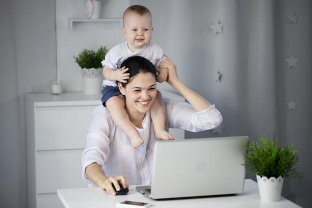 Vrouw met baby op laptop