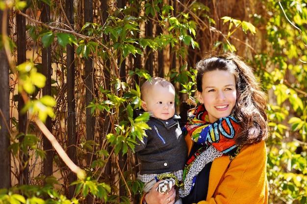 Vrouw met babyjongen buiten bij zonnig weer