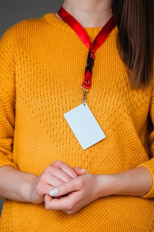 Vrouw met badge naamplaatje, met lege ruimte mock up