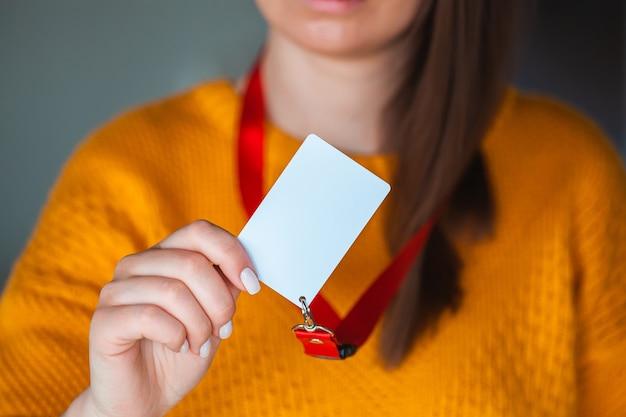 Vrouw met badge naamplaatje
