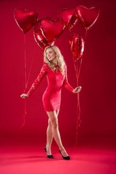 Vrouw met ballonnen in beide handen