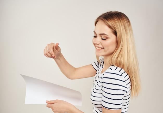 Vrouw met banner in handen zijaanzicht die beige achtergrond adverteren