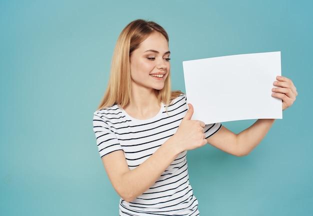Vrouw met banner wit vel papier reclame aankondiging blonde.