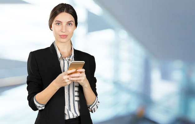 Vrouw met behulp van de mobiele telefoon