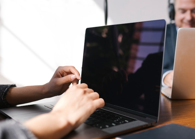 Vrouw met behulp van een laptop in een zakelijke bijeenkomst