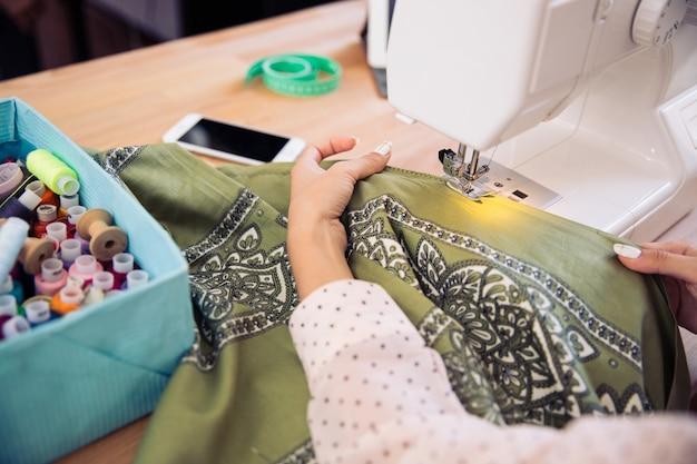 Vrouw met behulp van een naaimachine