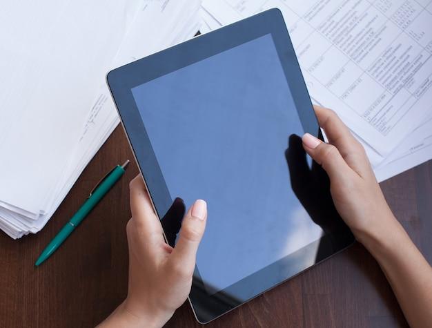 Vrouw met behulp van een touchscreen tablet handen close-up