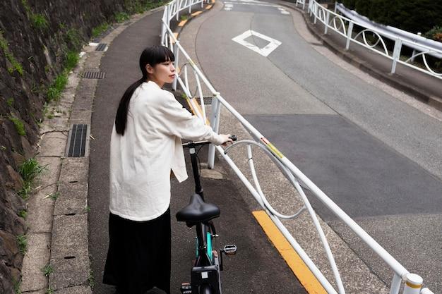 Vrouw met behulp van elektrische fiets in de stad
