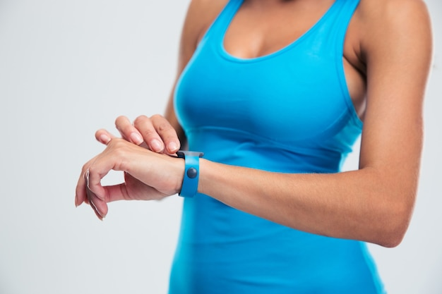 Vrouw met behulp van fitness tracker op pols