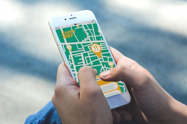 Vrouw met behulp van gps-kaart navigatie-app om een restaurant te vinden