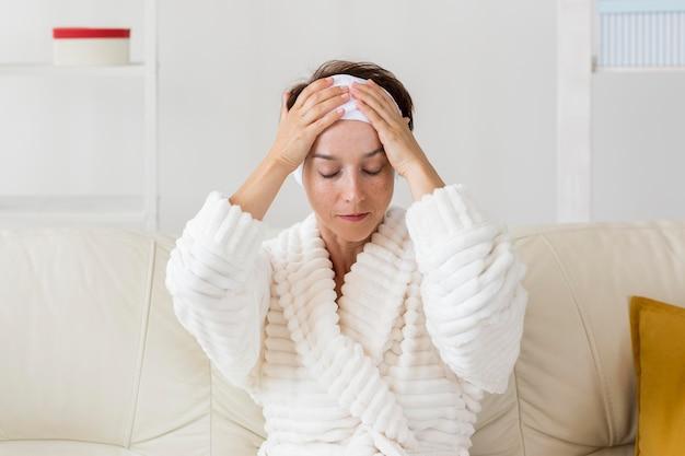 Vrouw met behulp van haar hoofdband vooraanzicht