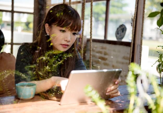 Vrouw met behulp van haar laptop