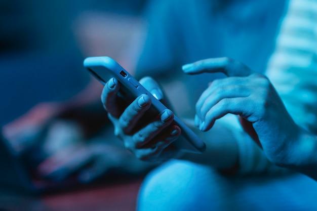 Vrouw met behulp van haar smartphone terwijl thuis