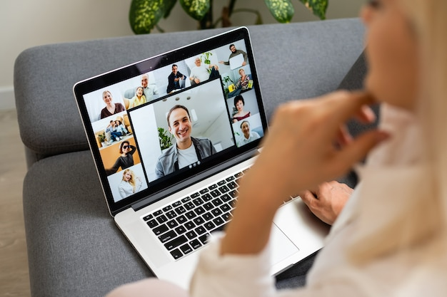 Vrouw met behulp van laptop binnen. vrouw luistert naar online college