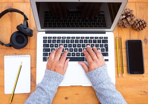 Vrouw met behulp van laptop, online winkelen, online leren, thuiswerker. quarantaine, zelfisolatie. freelancer, digital nomad concept