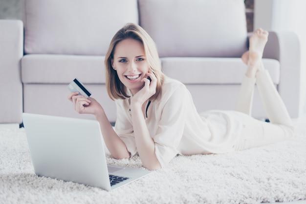 Vrouw met behulp van laptop voor online winkelen