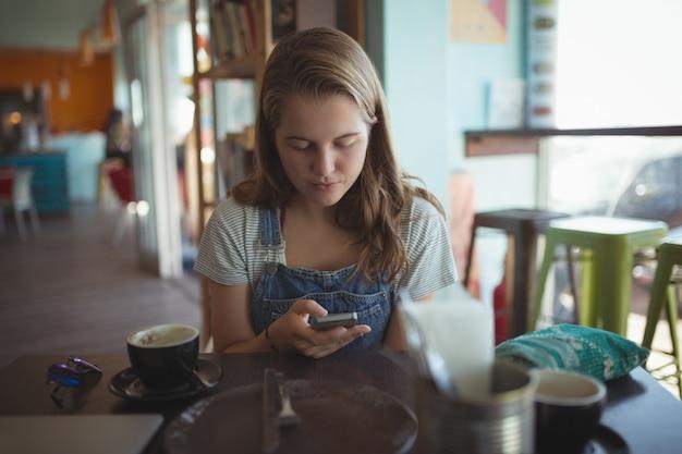 Vrouw met behulp van mobiele telefoon