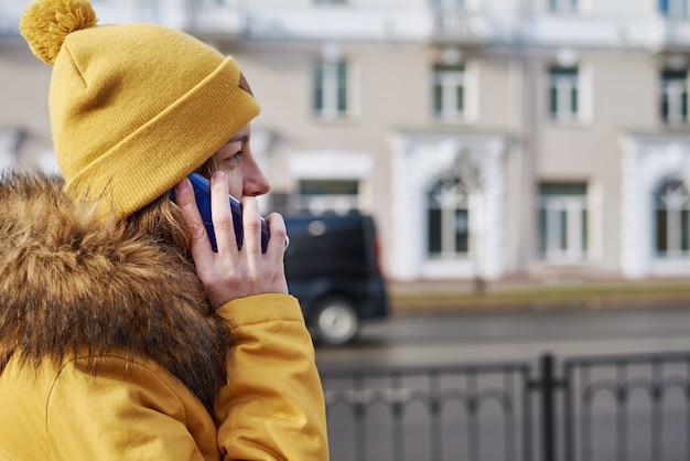 Vrouw met behulp van smartphone in stad buiten