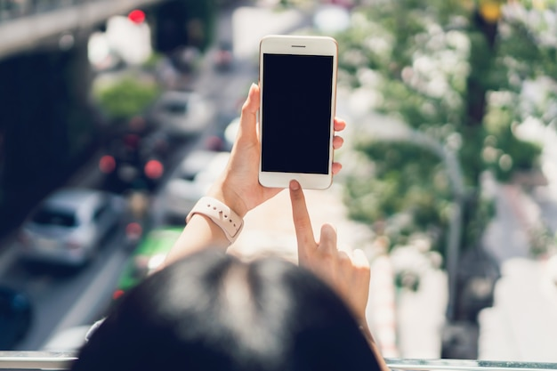 Vrouw met behulp van smartphone, tijdens de vrije tijd. het concept van het gebruik van de telefoon.