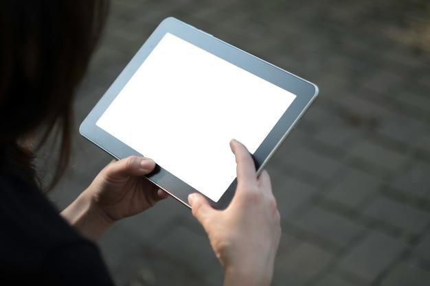 Vrouw met behulp van tablet in de tuin
