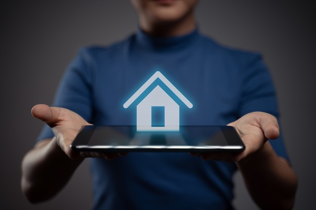 Vrouw met behulp van tablet weergegeven: met home pictogram hologram effect