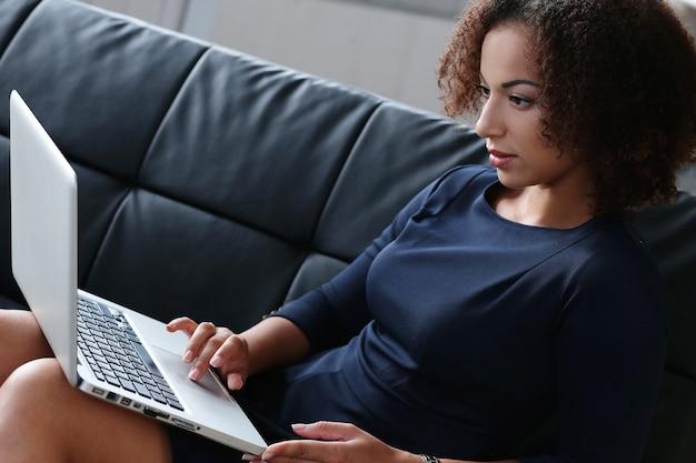 Vrouw met behulp van tablet