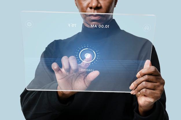 Vrouw met behulp van transparante tablet op de innovatieve technologie van een bank