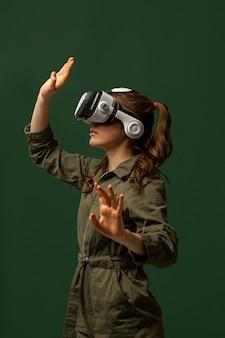 Vrouw met behulp van virtual reality-bril