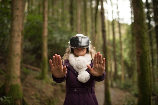 Vrouw met behulp van virtual reality headset