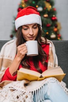 Vrouw met beker leesboek