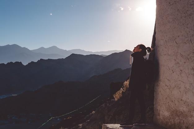 Vrouw met bergachtergrond