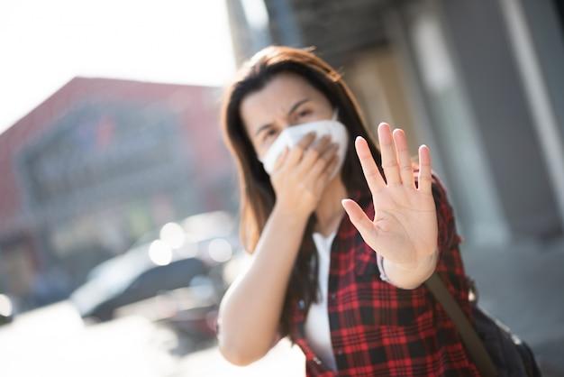 Vrouw met beschermend gezichtsmasker en hoest, coronavirus en 2,5 uur vechten