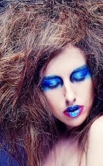 Vrouw met blauw gezicht