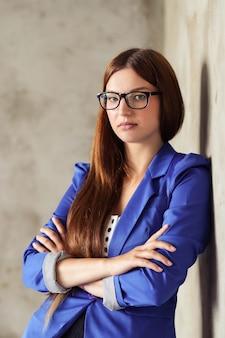 Vrouw met blauwe blazer