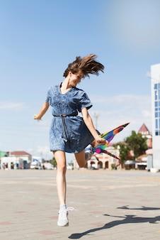 Vrouw met blauwe jurk op zonnige dag