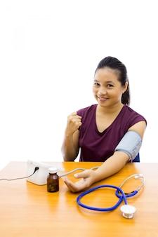 Vrouw met bloeddruktest