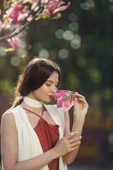 Vrouw met bloemen buitenshuis