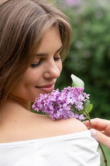 Vrouw met bloesem lila tak