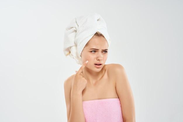 Vrouw met blote schouders emoties huidverzorging lichte achtergrond