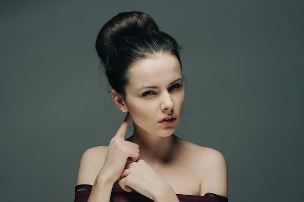 Vrouw met blote schouders gebaren met handen kapsel en emoties model.