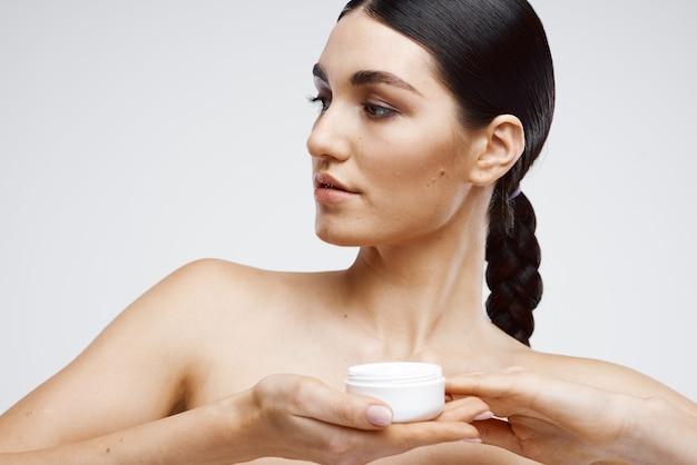 Vrouw met blote schouders huidverzorging reiniging gezondheid