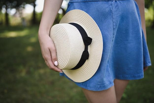 Vrouw met boater hoed in het park