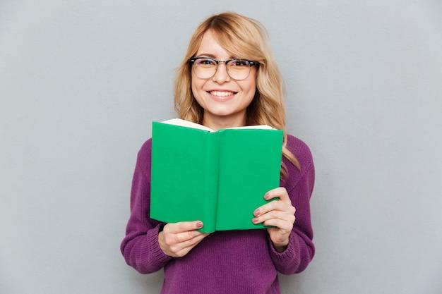 Vrouw met boek glimlachen