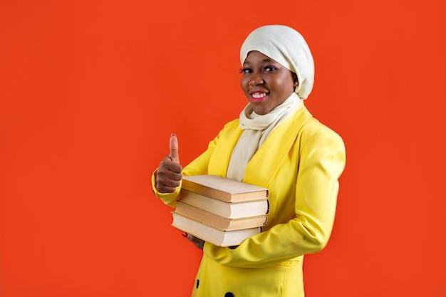 Vrouw met boek met handgebaar