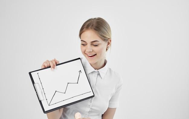 Vrouw met boeket tafel met grafiek cryptocurrency stijgende economie. hoge kwaliteit foto